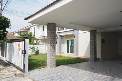บ้านเดี่ยว สาย 5 หมู่บ้าน พรทวีวิวสวน มีสนามหญ้าหน้าบ้านและพื้นที่ต่อเติมข้างบ้าน