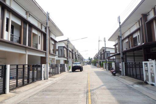 บ้านฟ้ากรีนเนอรี่ ปิ่นเกล้า-สาย 5 ทาวน์เฮ้าส์มือสอง ศาลายา ถนนหน้าตัวบ้าน