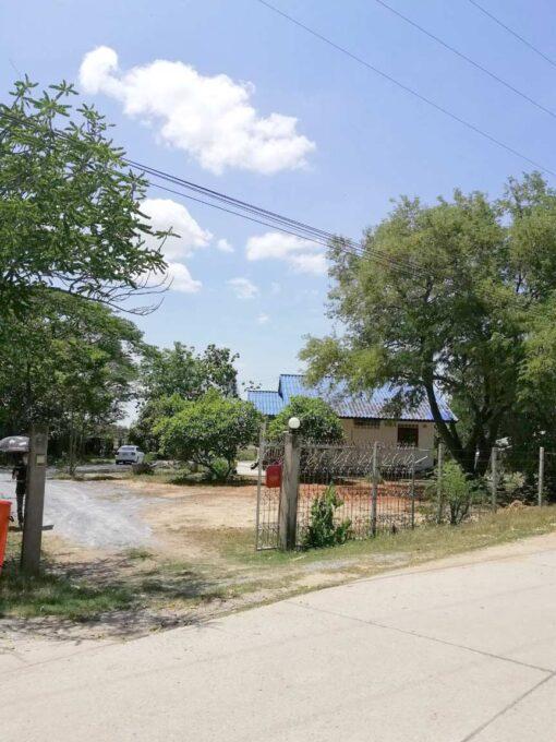 ขายบ้านพร้อมที่ดิน สุพรรณบุรี ล้อมรั้วรอบแปลงที่ดิน
